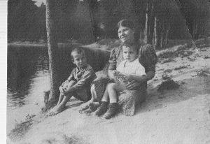 Витя и Миша (слева) Рогинские с А.А. Савельевой (Ганей) в Шанчерово. 1940