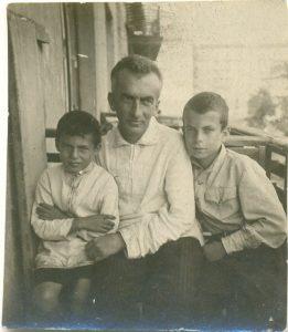 Витя, Миша (справа) Рогинские с отцом во время