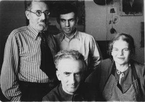 Слева направо: Рогинские (дядя Лёня, Витя, Александр Эммануилович) и Ревекка Константиновна Гудзенко. Военный городок. 1955