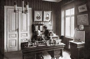 Людвиг Заменгоф у себя в кабинете в Варшаве