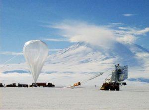 BOOMERanG перед запуском. На заднем плане — вулкан Эребус. (Википедия)