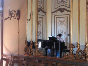 Репетиционный зал. За роялем моя пианистка из Греции Деспина