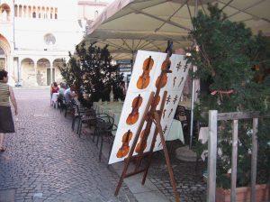 Типичная картина в Кремоне. Сотни людей приезжают сюда учиться изготовлению скрипок и вскоре оседают на долгие годы, уж очень по-видимому вдохновляет их атмосфера города, где жили самые знаменитые мастера…