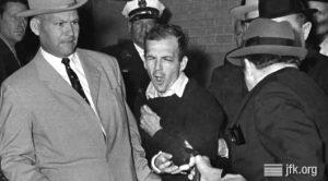 Джек Руби стреляет в Ли Харви Освальда в здании полицейского участка в Далласе Ноябрь 1963 года