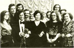 На фото в первом ряду слева направо пианистка Наташа Иванина, Чарльз Найдик, В.Ф. Иванина — мама двух сестер, замечательных пианисток, Лена Иванина