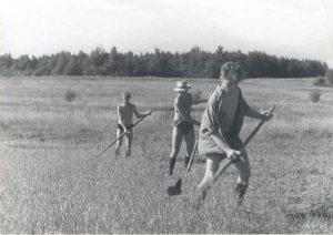 1958 г. Первый «пропуск» в ФТИ, слева направо: С. Шерман, автор, ?.