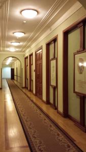 Главный коридор с портретами великих.