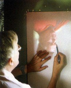 Рис. 3 Давид Хокни обводит изображение, полученное с помощью вогнутого зеркала