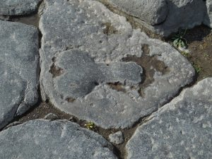 Помпеи. Уличный указатель, отсылающий к уличным девицам