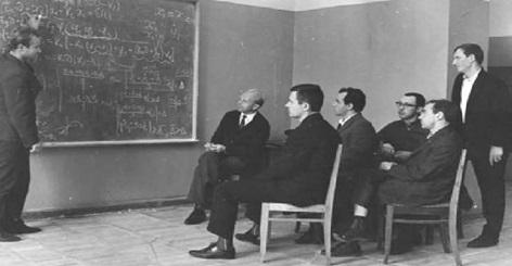 Рабочий момент нашего лабораторного семинара. Слева направо: В.И. Беляков, И.Т.Борисёнок, В.А.Привалов, В.И.Борзов, В.В.Александров, И.Л.Антонов, Б.Я.Локшин.