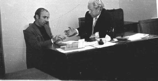 И.Т. Борисёнок и аспирант Г.Г. Жириков. Обсуждают работу над диссертацией
