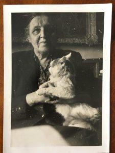 Людмила Кузнецова-Бурлюк с котом Рыжиком в Праге