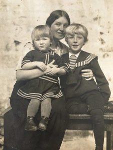 Людмила Бурлюк с сыновьями Ильёй и Кириллом.