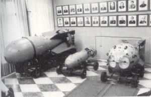 Слева направо: первая в мире водородная бомба (РДС-6с, «слойка»-«LiDочка» Сахарова-Гинзбурга); атомная бомба, испытанная в 1951 г. (РДС-2, первая, созданная по отечественной схеме, по «Отчету четырех», и поступившая в серийное производство); первая советская атомная бомба (РДС-1, сделанная по американской схеме), испытанная в 1949 г.