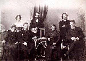 В. И. Дмитриева (справа) в группе. Фотография. [1910-е гг.] ГЛМ
