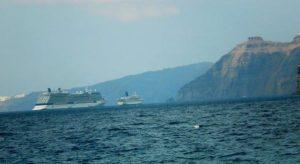 Наш корабль у Санторина — он справа, маленький