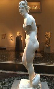 Статуя Афродиты, римская копия (I-II век нашей эры) с греческого оригинала (II–III века до нашей эры); Музей Метрополитен, Нью-Йорк (фото автора)