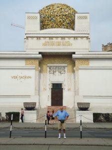 Дом сецессиона с автором на переднем плане; венцы называют его «золотой кoчан» (фото 2012г.)