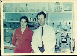 С Ниной в моей лаборатории в Институте общей генетики АН СССР в 1972 году.(Из «Очень личной книги» В. Сойфера, 2011,Новосибирск, «ИНФОЛИО», стр. 465)