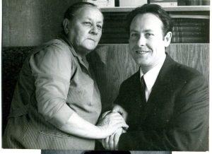 Наша с мамой последняя фотография у насдома в Горьком, 1972. Фото П.А. Вышкинда.(Из «Очень личной книги» В. Сойфера, 2011, Новосибирск, «ИНФОЛИО», стр. 541)