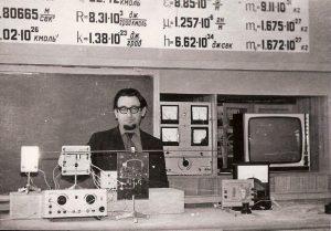 Эдуард Драбкин в школьном кабинете физики