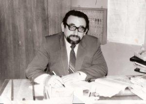 Эдуард Драбкин за письменным столом