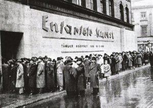Очередь на выставку «Дегенеративное искусство», Мюнхен, 1937г.