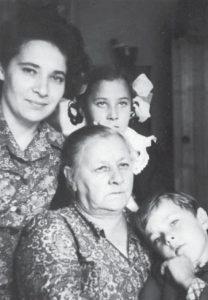 Нина с моей мамой и нашими детьми в день рождения мамы 1 сентября 1971 года. В этот же день наша дочь Марина пошла в первый класс школы. Фото В. Сойфера (Из «Очень личной книги» В. Сойфера, 2011, Новосибирск, «ИНФОЛИО», стр. 544)