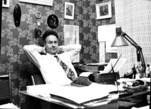 Я в домашнем кабинете за работой над книгой «Власть и наука» (середина 1980-х годов). Фото Н.И. Сойфер. Публикуется впервые