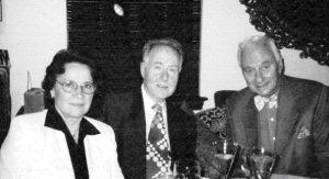 Во время празднования 70-летия посла Артура Хартмана у него дома 12 марта 1996 года. Слева направо: Нина и Валерий Сойферы, Артур Хартман. Публикуется впервые