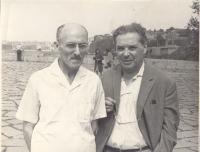 Доктор физ.-мат. наук А.Л. Зельманов и профессор Д.Д. Иваненко на экскурсии во время той же конференции