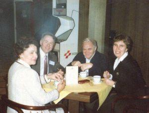 За завтраком перед началом заседаний конгресса, созванного в Праге в декабре 1990 года президентом Чехии Вацлавом Гавелом: Нина и Валерий Сойфер, Даниил А. Гранин и его дочь Марина. Публикуется впервые