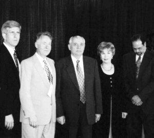 Во время обеда в честь М.С. Горбачева — гостя XII Международного конгресса информационных технологий в Университете имени Джорджа Мэйсона. В центре: В.Н. Сойфер, М.С. Горбачев, Р.М. Горбачева, 11 июня 2000 года.