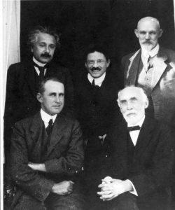 Сидят (слева направо): Эдингтон, Лоренц. Стоят (слева направо): Эйнштейн, Эренфест, де Ситтер, 1923 г., Лейден