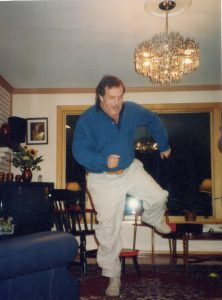 Во время одного из приездов к нам Василия Павловича Аксенова летом 1994 года он пустился в пляс у нас в гостиной.Фото Н. И. Сойфер. Публикуется впервые.