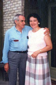 """З.Е. Гердт с Ниной на пороге нашего дома. В момент, когда я делал этот снимок, Зиновий Ефимович сказал, обняв Нину за плечи и обращаясь ко мне: """"Когда жена увидит этот снимок, я скажу ей """"Таня! Я изменял тебе вот этой рукой"""". Он нас этим очень тронул."""