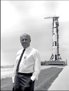 Руководитель разработки Сатурн-5 Вернер фон Браун на космодроме им. Джона Кеннеди