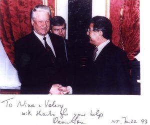 """На встрече президента РФ Б. Н. Ельцина и Д. Сороса в Кремле в Москве в 1992 г. Эту встречу помог организовать наш с Ниной друг (в то время советник Ельцина) А.В. Яблоков, привезший позже этот снимок нам в Америку. Когда я передавал ее Соросу, он надписал на копии фотографии внизу: """"Нине и Валерию с благодарностями за Вашу помощь. Джордж Сорос. Нью-Йорк. 22 января 1993 г."""""""