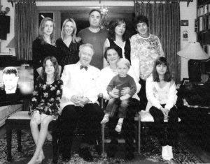 Наша семья в новогоднюю ночь 2010 года. Сидят (слева направо): внучка Валерия, я, Нина держит на коленях внука Мирона, внучка Анна;стоят: внучка Варя, сноха Татьяна, сын Владимир, дочь Марина и внук Алексей. Публикуется впервые