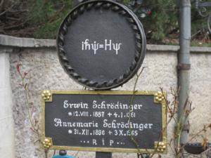 Уравнение Шредингера на его и Аннемари могиле на кладбище в Альпбахе