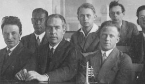 На конференции в Институте физики в Копенгагене. В первом ряду Оскар Кляйн, Нильс Бор, Вернер Гейзенберг
