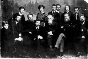 Г.Н. Потанин и сибирские писатели. Григорий Потанин — в центре, крайний справа стоит Георгий Вяткин, фото в Томске, 1906-1907 г. из семейного архива