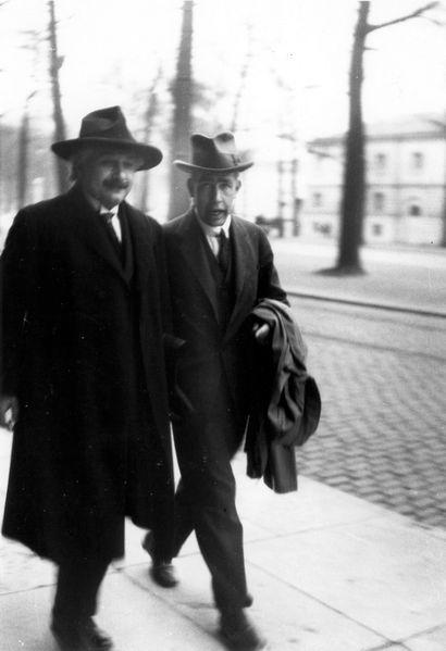 Альберт Эйнштейн и Нильс Бор после обсуждения очередного мысленного эксперимента