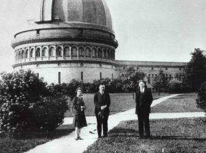 Рис.8. Б.П. и О.М. Герасимовичи у О. Струве на Йеркской обсерватории,1932 г.
