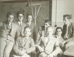 Участники семинара Гейзенберга в Лейпцигском университете, среди них Рудольф Пайерлс, Феликс Блох, Виктор-Фредерик Вайскопф, Фриц Заутер. На рукаве у Гейзенберга траурная повязка по случаю смерти отца, 1931 год.