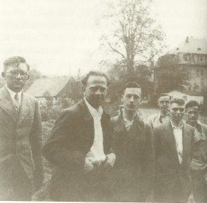 Вернер Гейзенберг со студентами на загородной прогулке, 1936 год.