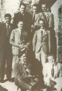 Вернер Гейзенберг (сидит справа) с участниками кружка «Коронелла» в апреле 1935 года. «Коронелла» — неформальный кружок лейпцигских профессоров, собиравшихся раз в месяц для прослушивания собственных докладов на философские темы и темы естествознания. Иногда устраивались совместные прогулки за город.