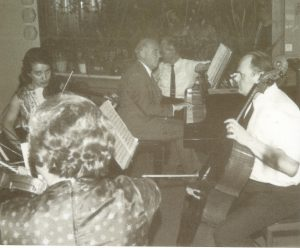 Камерный концерт в доме нобелевского лауреата по химии Манфреда Эйгена, 10 июля 1969 года. За роялем Вернер Гейзенберг, также нобелевский лауреат.