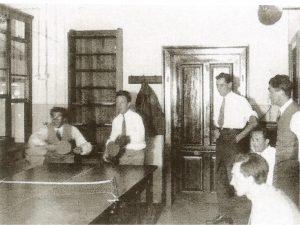 Вернер Гейзенберг в паре с Георгом Плачеком за теннисным столом. Наблюдает — крайний справа — Феликс Блох. Конец 1920-х — начало 1930-х годов.