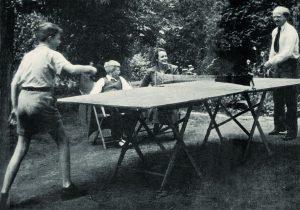 Вернер Гейзенберг в саду своего гёттингенского дома с сыновьями Вольфгангом и Йохеном. 1950-е годы.